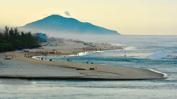 Lăng Cô tháng 3 nước biển mát lạnh khiến nhiều người thích thú vùng vẫy, thỏa thích bơi lội