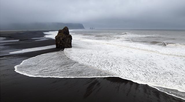 Bãi biển cát màu đen