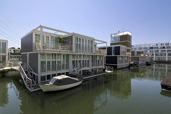 Ấn tượng nhất ở IJburg là khu phố Waterbuurt nằm trên đảo Jetty gồm gần 100 ngôi nhà nổi neo xung quanh cầu cảng. Đây là giải pháp mà chính phủ Hà Lan thực hiện để ứng phó với tình trạng nước biển dâng.