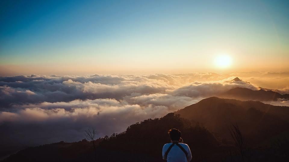 Biển mây bồng bềnh nhìn từ đỉnh núi Chiêu Lầu Thi.