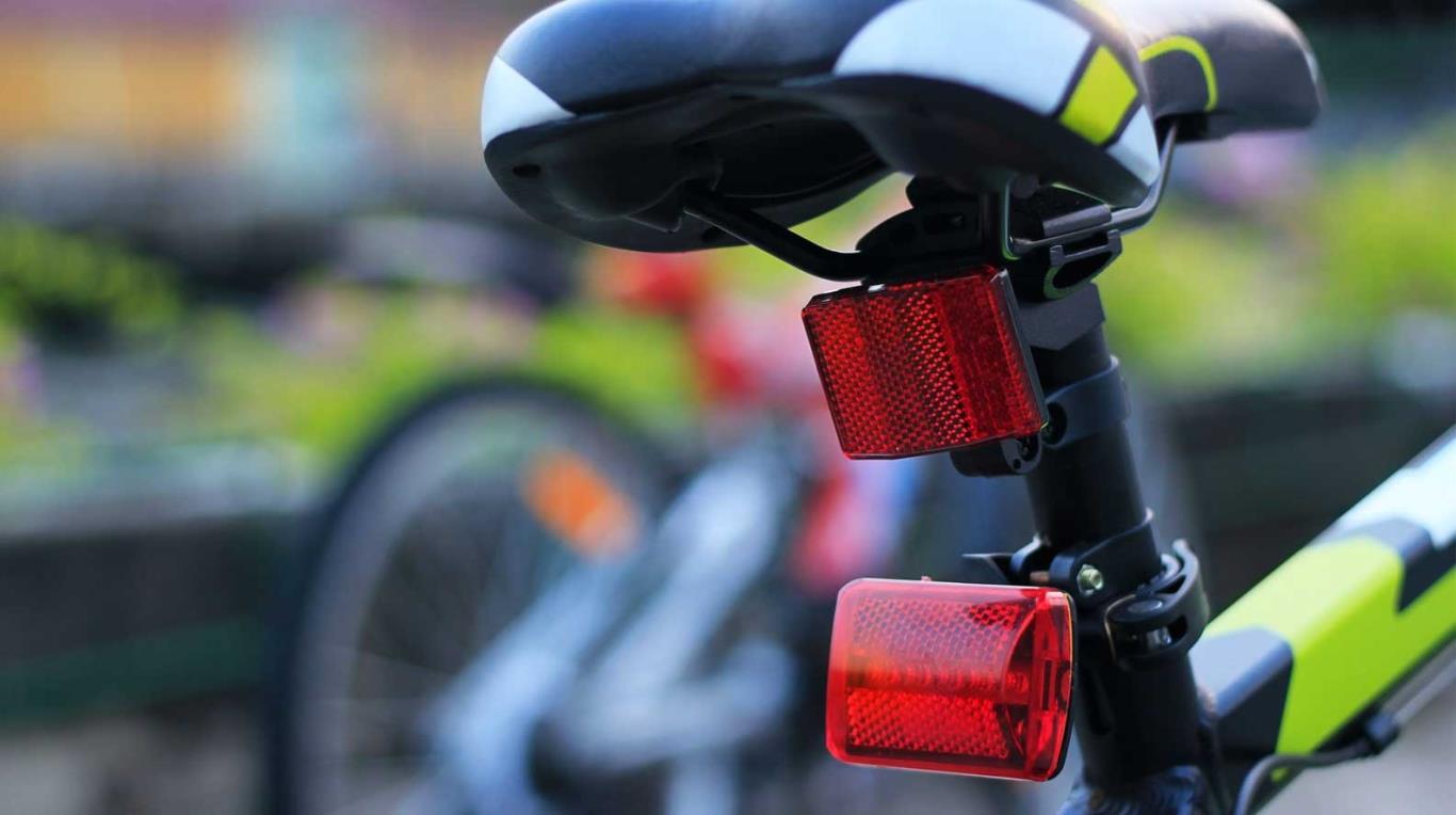Mang theo vật phản quang để đảm bảo an toàn