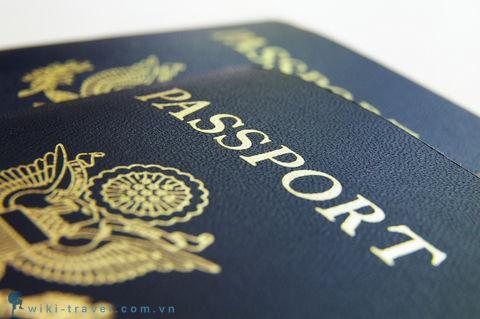 Mắc kẹt tại sân bay vì hộ chiếu bị con vẽ bậy